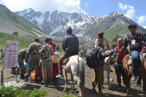 Indian army offering warm water to the pilgrims